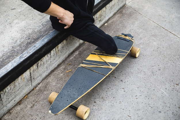 Gehandicapte man met een longboard in het skatepark