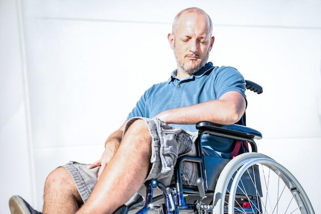 Gehandicapte man met handicap op rolstoel in depressie moment