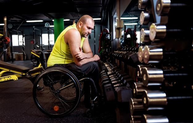 Gehandicapte man training in de sportschool van revalidatiecentrum