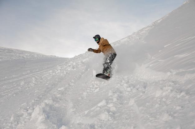 Gehandicapte man zonder een hand rijden op het snowboard op de skipiste in het populaire toeristenoord gudauri in georgië