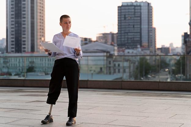 Gehandicapte persoon met beenprothese