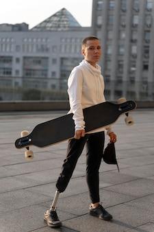 Gehandicapte persoon met skateboard buitenshuis