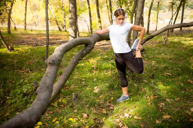 Gehandicapte vrouw naar beneden lopen en opleiding buiten in het bos