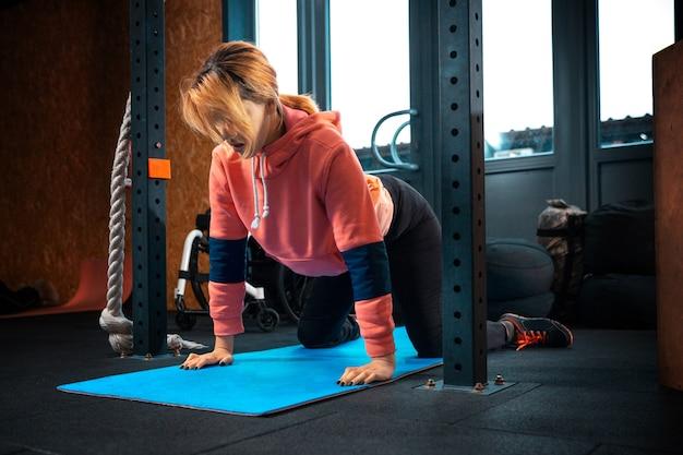 Gehandicapte vrouw training in de sportschool van revalidatiecentrum