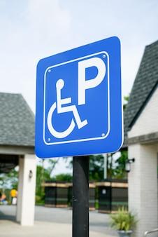 Gehandicapten ondertekenen parkeerplaats bij benzinestation