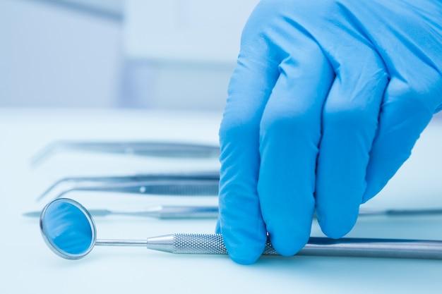 Gehandschoende hand tandheelkundige gereedschappen