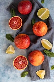 Geheel en gesneden in halfbloed siciliaanse sinaasappels, limoenen en munt