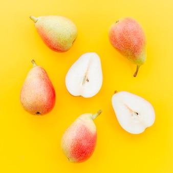 Geheel en gesneden peer met zaden
