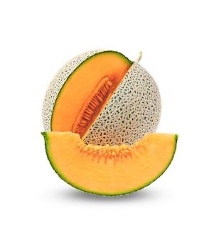 Geheel en plak van japanse meloenen, oranje meloen of kantaloepmeloen met zaden die op wit worden geïsoleerd