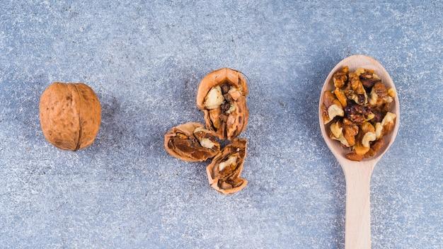 Geheel; gebroken en pit walnoot op ruwe achtergrond
