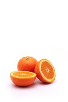 Geheel oranje fruit en een kat in de helft op een geïsoleerd wit