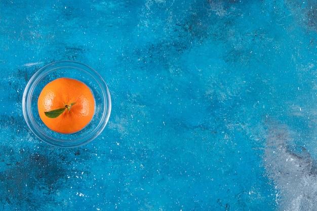 Geheel vers oranje fruit met bladeren.
