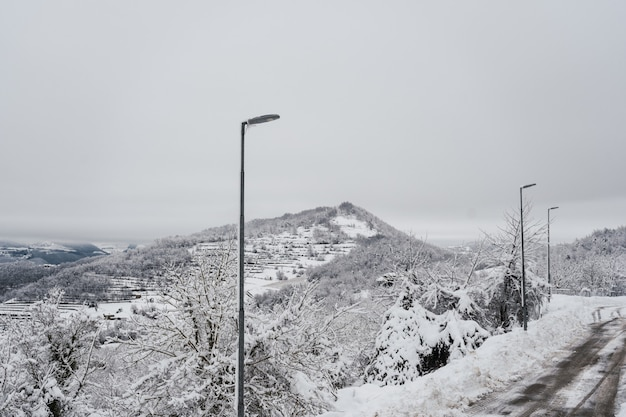 Geheel wit landschap bedekt met sneeuw en mist in noord-italië.