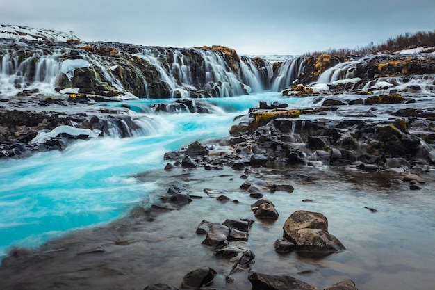 Geheime bruarfoss-waterval in de winter ijsland