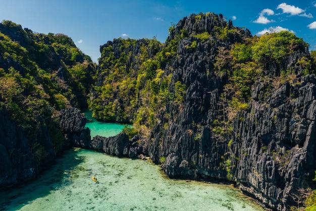 Geheime lagune in el nido. koppel genieten van tijd in het kristalheldere water en kajakken. concept over reizen en natuur