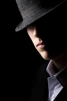 Geheimzinnige man in hoed