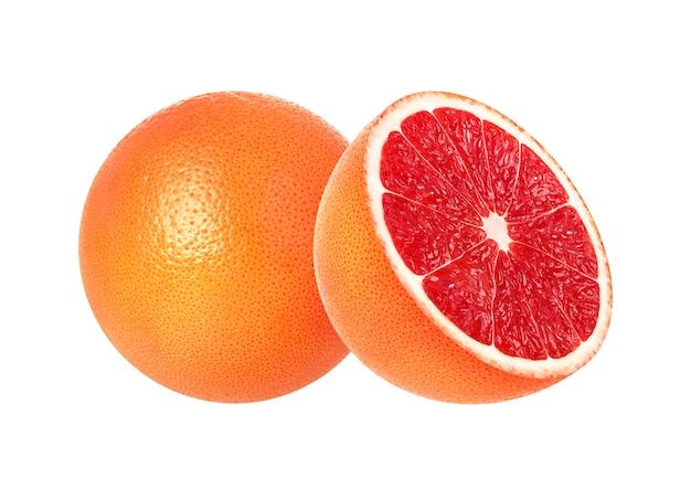 Gehele en half roze die grapefruits op wit worden geïsoleerd