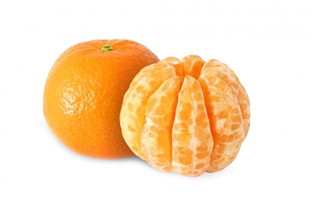 Gehele mandarijnvruchten en gepelde die segmenten op witte achtergrond met het knippen van weg worden geïsoleerd