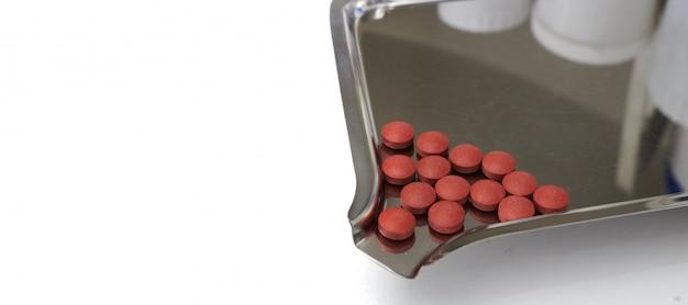 Gehele stapel bruine geneeskunde op een houder voor productieconcept