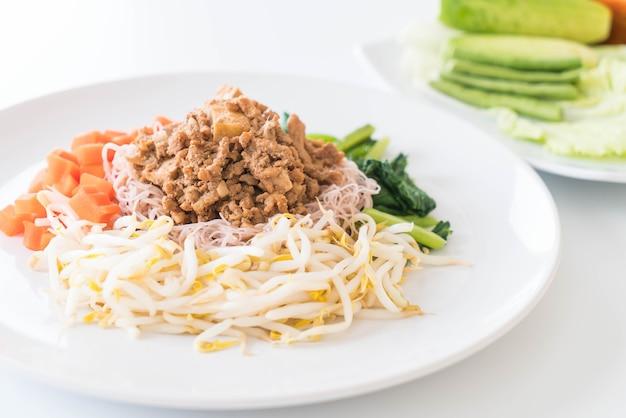 Gehele tarwe noodle crepe met tofu
