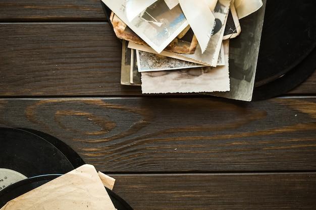Geheugen. oude familiefoto's op houten achtergrond. lege oude groepsfoto bovenaanzicht kopie ruimte
