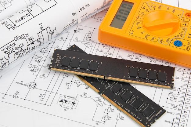 Geheugenmodule dimm type ddr4 en digitale multimeter op papieren elektronica tekeningen