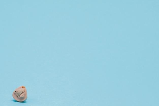 Gehoorapparaat op blauw