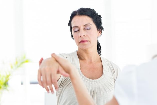 Gehypnotiseerde vrouw met haar therapeut