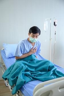 Geïnfecteerde coronaviruspatiënt in quarantaine in het bed in het ziekenhuis