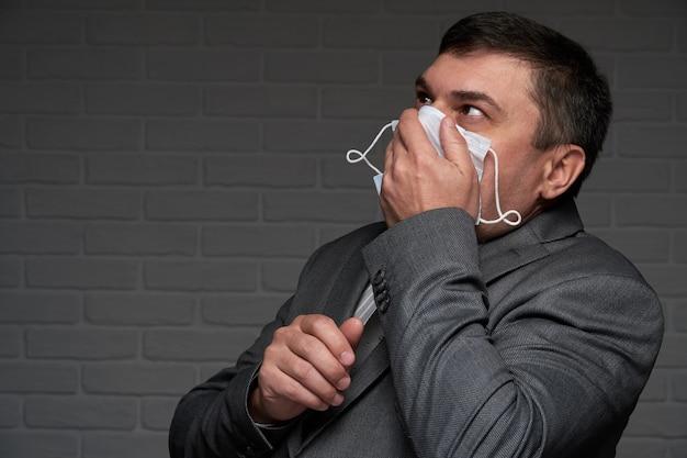 Geïnfecteerde man niest of hoest en heeft symptomen van de ziekte -
