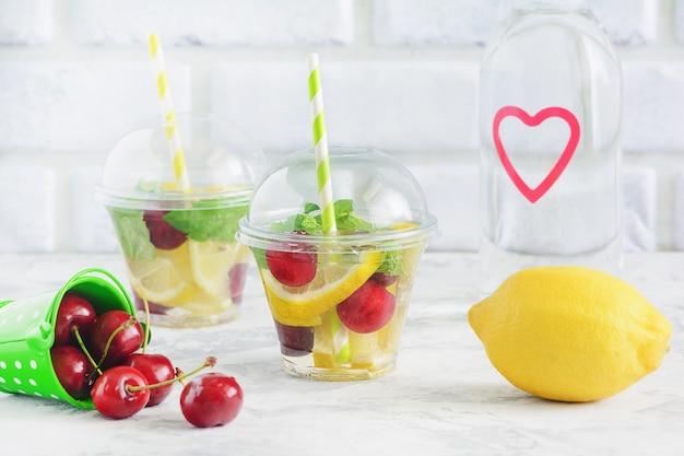 Geïnfundeerd waterglas met biologisch fruit berry mint