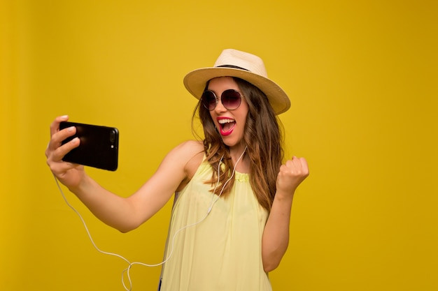 Geïnspireerd charmante vrouw selfie maken en lachen