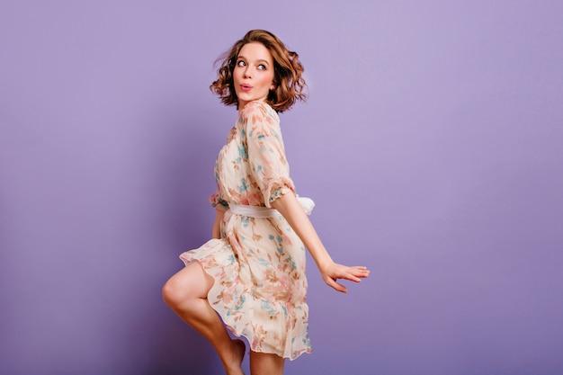 Geïnspireerd europese jonge vrouw dansen in de studio en lachen