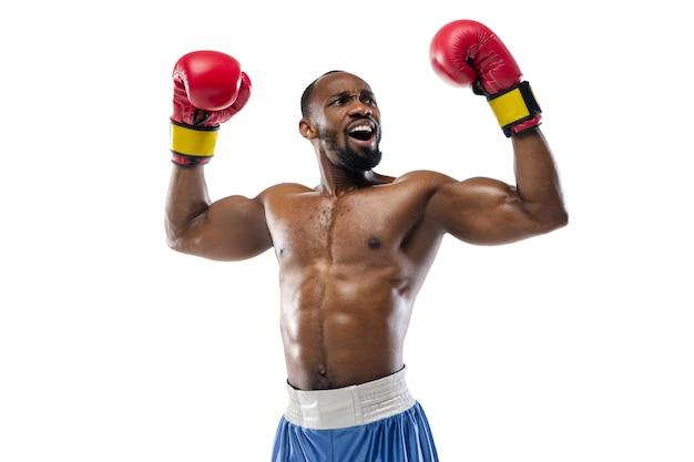 Geïnspireerd. grappige emoties van professionele bokser geïsoleerd op witte studio achtergrond. opwinding in spel, menselijke emoties, gezichtsuitdrukking en passie met sportconcept.