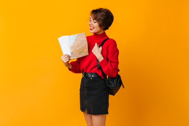 Geïnspireerd vrouwelijk model dat kaart bekijkt