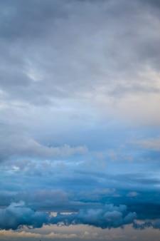 Geïnspireerde motivatiecitaat veroveren van binnenuit met prachtige blauwe lucht als achtergrond