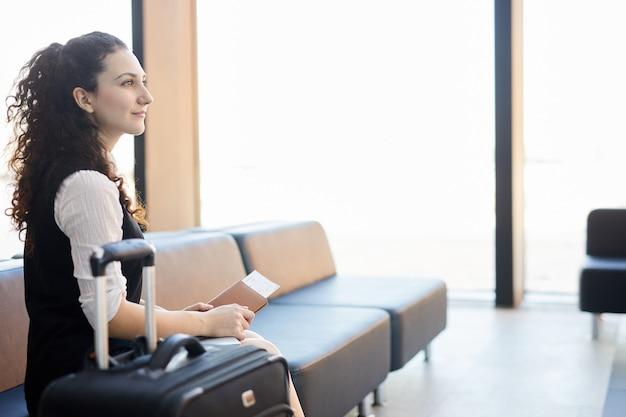 Geïnspireerde reiziger op de luchthaven