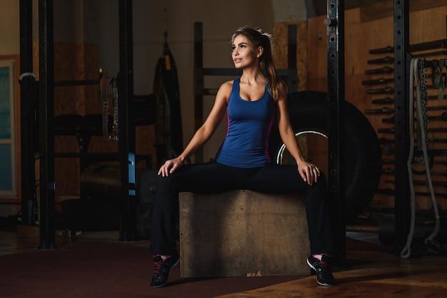 Geïnspireerde vrouwenglimlach bij gymnastiek