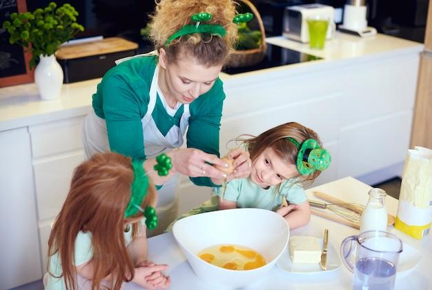 Geïnteresseerde kinderen leren koken