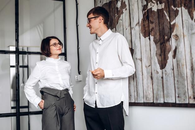 Geïnteresseerde partners communiceren over een nieuwe kantoorovereenkomst