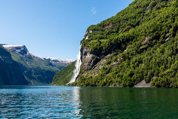 Geiranger fjord, waterval seven sisters. prachtige natuur noorwegen natuurlijke landschap.