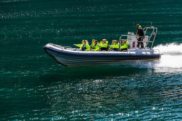 Geiranger, geirangerfjord, noorwegen - juni, 2019: toeristisch schip bessenboot drijvende voering in de buurt van geiranger in geirangerfjord in zomerdag. beroemd monument en populaire bestemming.
