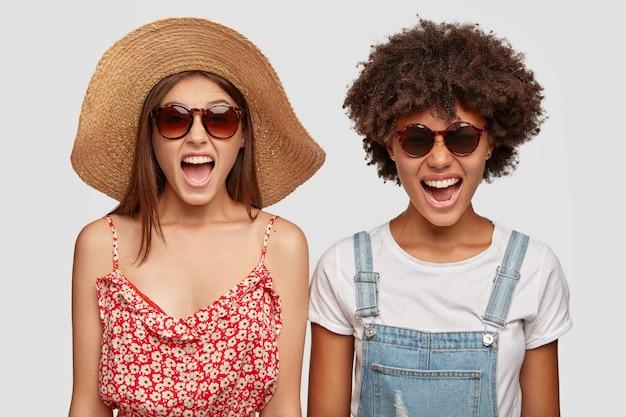 Geïrriteerde hipster en modieuze dame draagt een zomerzonnebril