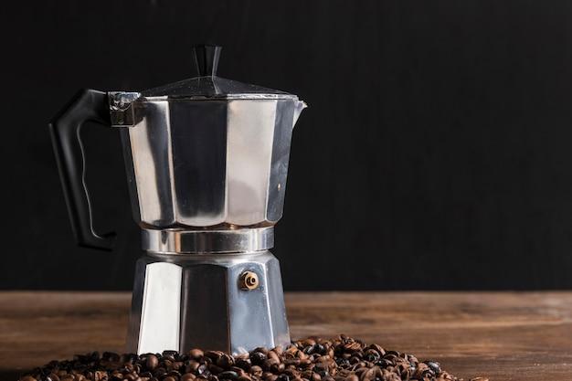 Geiser koffiezetapparaat in de buurt van granen