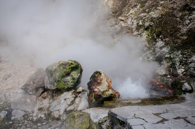 Geisers in furnas-vallei, het eiland van miguel van sao, de azoren, portugal.