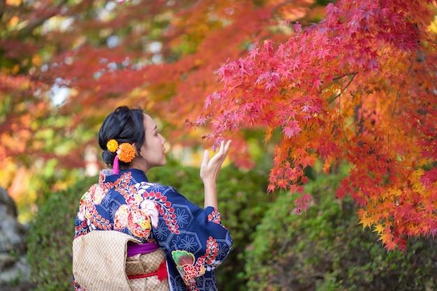 Geisha die japanse kimono in de straten van kyoto draagt