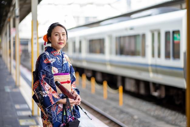 Geisha die japanse kimono in het station van kyoto draagt
