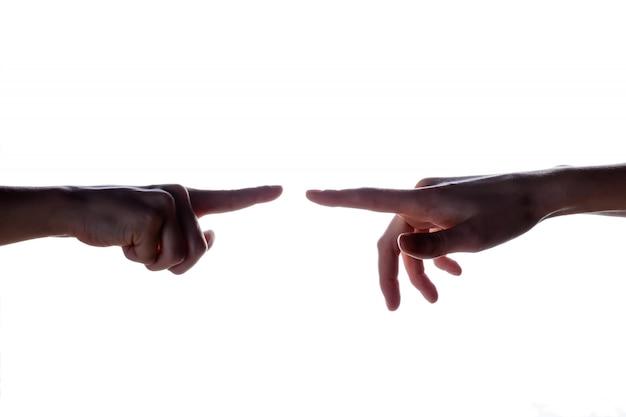 Geïsoleerd beeld van een silhouet van de handen van de jongen die de hand van de vrouw bereikt. handen van moeder en zoon.
