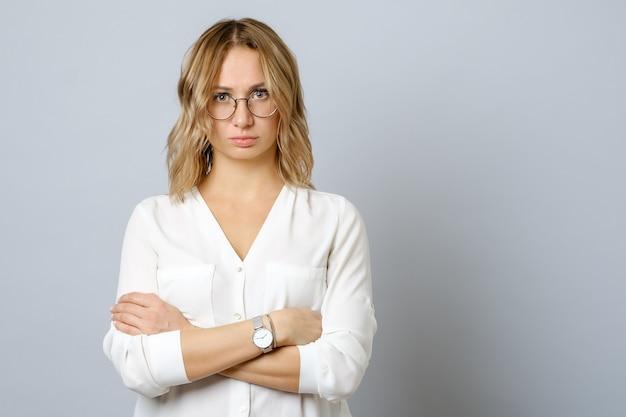 Geïsoleerd beeld van nadenkende zenuwachtige jonge vrouw