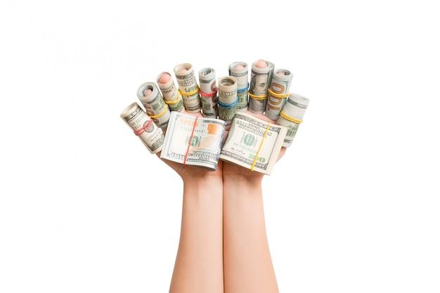 Geïsoleerd beeld van opgerolde dollarbankbiljetten op vrouwelijke vingers. winst concept